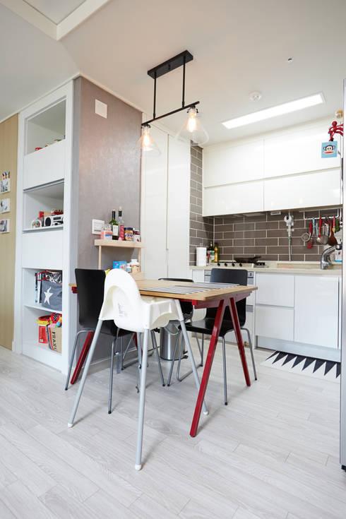 광교 에듀하임 리모델링 : DESIGNSTUDIO LIM_디자인스튜디오 림의  다이닝 룸
