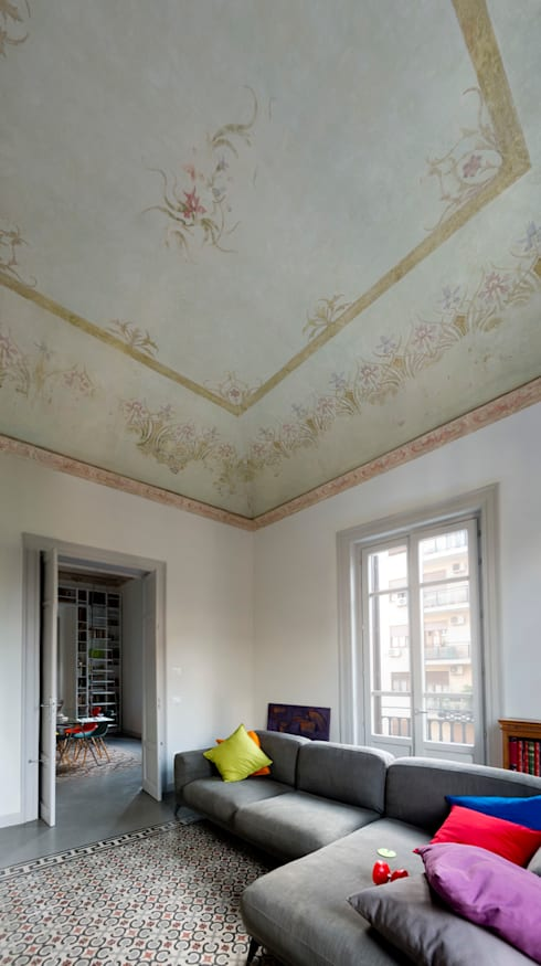 il soggiorno e gli affreschi liberty sul soffitto: Soggiorno in stile in stile Classico di Studio Associato 3813