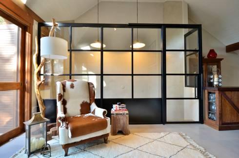 ar industrial: Salas de estar modernas por karen feldman arquitetos associados