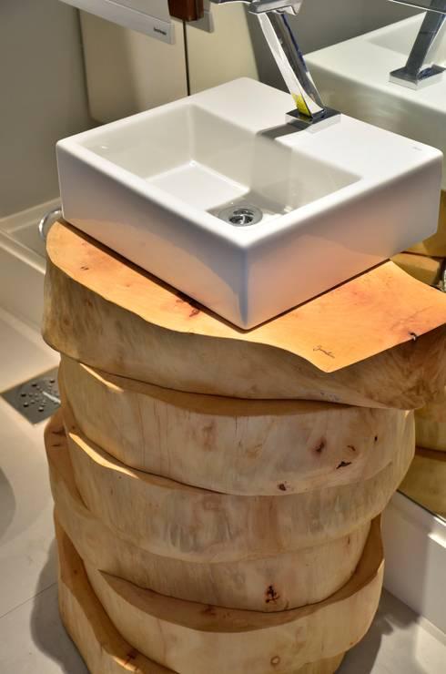 decoração despojada, acolhedora de linhas retas: Banheiros modernos por karen feldman arquitetos associados