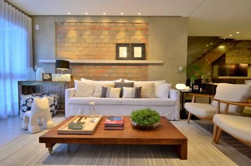 decoração despojada, acolhedora de linhas retas: Salas de estar modernas por karen feldman arquitetos associados