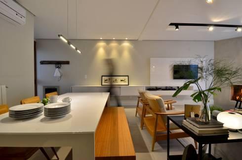 decoração despojada, acolhedora de linhas retas: Salas de jantar modernas por karen feldman arquitetos associados