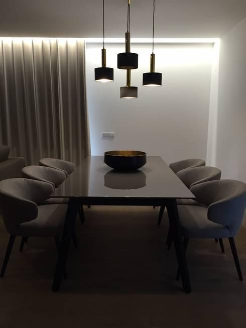 INTERIOR DESIGN: Salas de jantar modernas por PAULA NOVAIS ARQUITECTOS E DESIGN