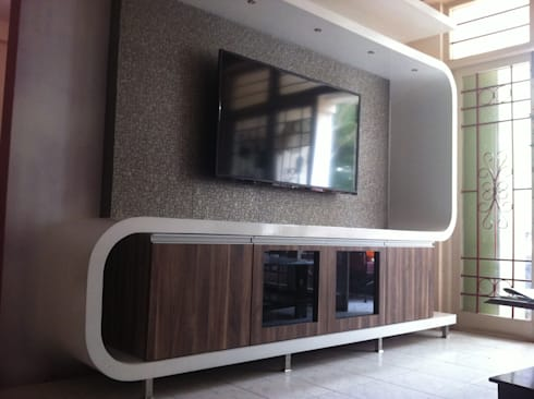Futuristic Entertainment Console: minimalistic Living room by 3A Architects Inc