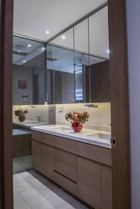 Apto PA2: Baños de estilo moderno por AMR ARQUITECTOS