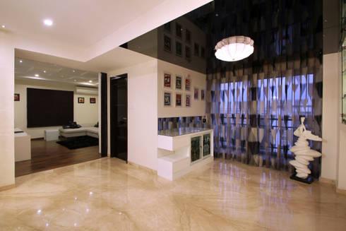 Apartment:  Corridor & hallway by NA ARCHITECTS