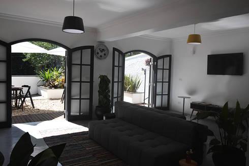 HOSTEL VILA MADALENA: Salas de estar modernas por Tria Arquitetura