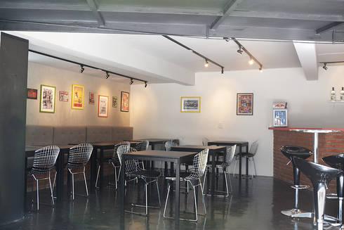 HOSTEL VILA MADALENA: Salas de jantar modernas por Tria Arquitetura