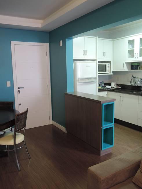 Bancada divisora sala/cozinha: Cozinhas modernas por Tatiana Junkes Arquitetura e Luminotécnica