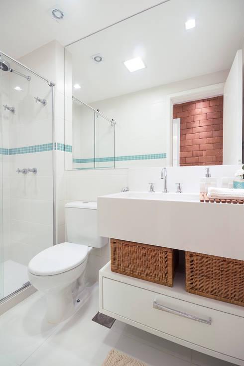 (2015) Apartamento Santa Rosa: Banheiros modernos por Escritório Ana Meirelles