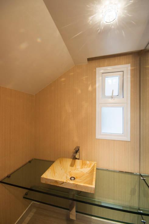 Residencia  Ribeirão Preto : Banheiros clássicos por Luciano Esteves Arquitetura e Design