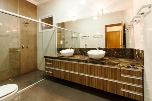 Residencia  Ribeirão Preto : Banheiros rústicos por Luciano Esteves Arquitetura e Design