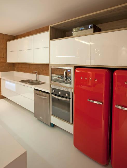(2014) Residência Barra da Tijuca: Cozinhas modernas por Escritório Ana Meirelles
