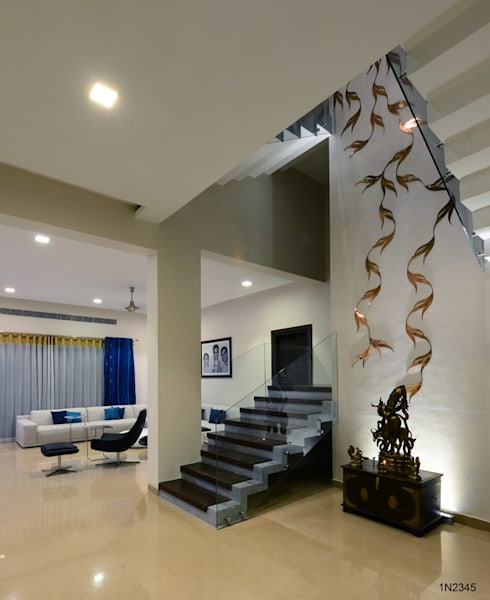 Residential Bungalow:  Corridor & hallway by NA ARCHITECTS