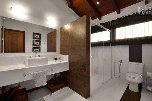 Aconchego a beira mar : Banheiros clássicos por Bethina Wulff