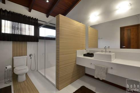 Aconchego a beira mar : Banheiros modernos por Bethina Wulff