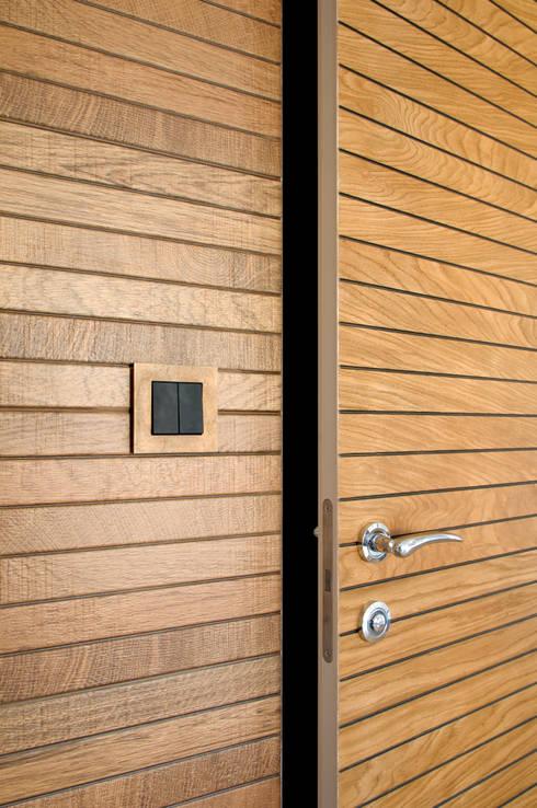 Drzwi zlicowane z fakturą ściany: styl nowoczesne, w kategorii Okna i drzwi zaprojektowany przez ZAWICKA-ID Projektowanie wnętrz