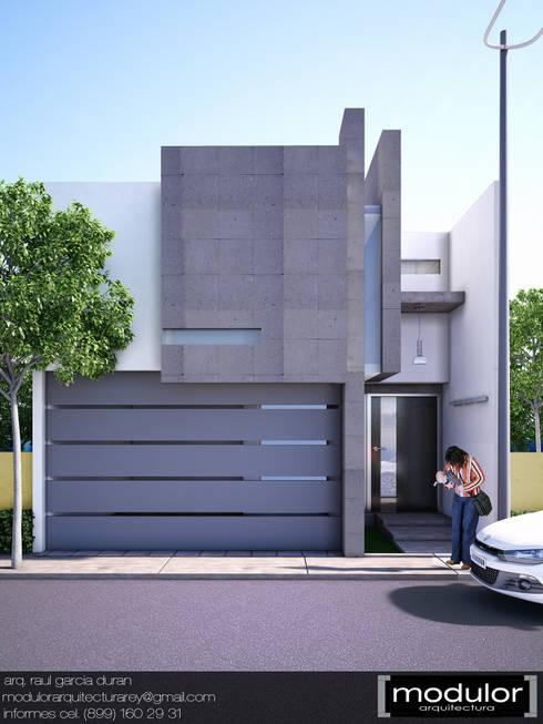 Fachada MRios: Puertas principales de estilo  por Modulor Arquitectura
