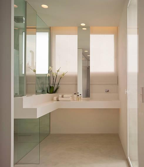 Dúplex de Ensueño: Baños de estilo  de Sanchez y Delgado