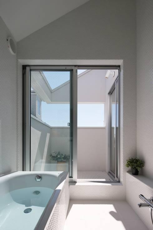 等々力の家: アトリエ スピノザが手掛けた浴室です。