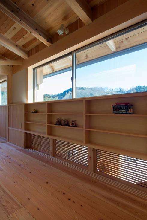 Salas de entretenimiento de estilo  por 大森建築設計室