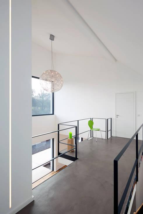 Projekty,  Korytarz, przedpokój zaprojektowane przez SCHAMP & SCHMALÖER