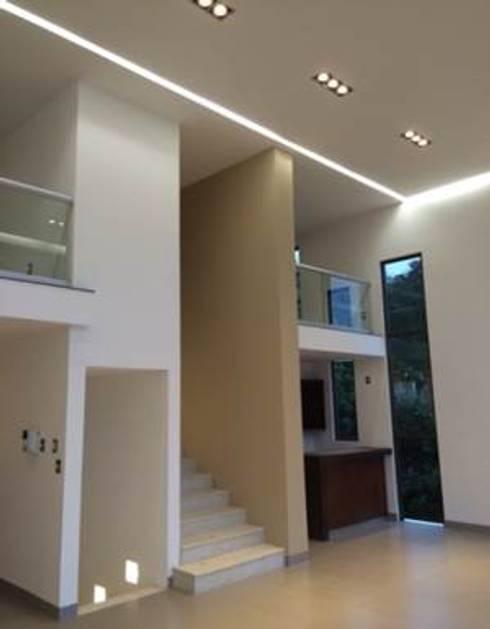 CASA LA VISTA: Salas de estilo moderno por Intarq