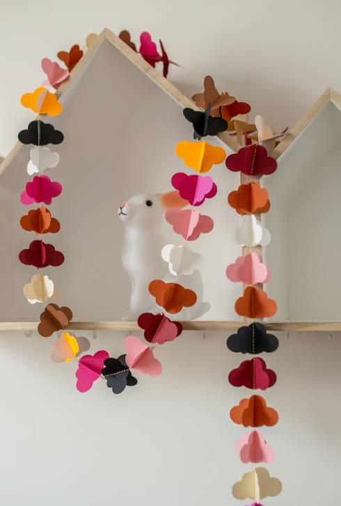 Guirlande en papier rose et orange: Chambre d'enfants de style  par YUMIDEM