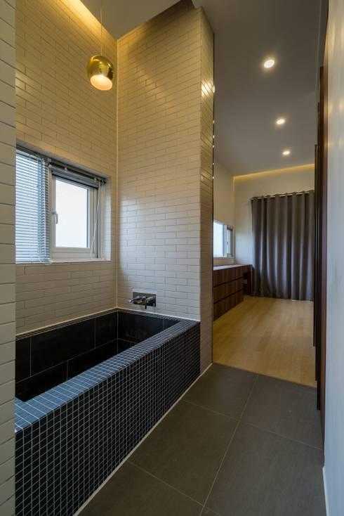 Master Bathroom: 'Snow AIDe의  욕실