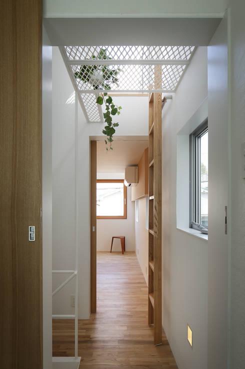 白金の家: アトリエ スピノザが手掛けた廊下 & 玄関です。