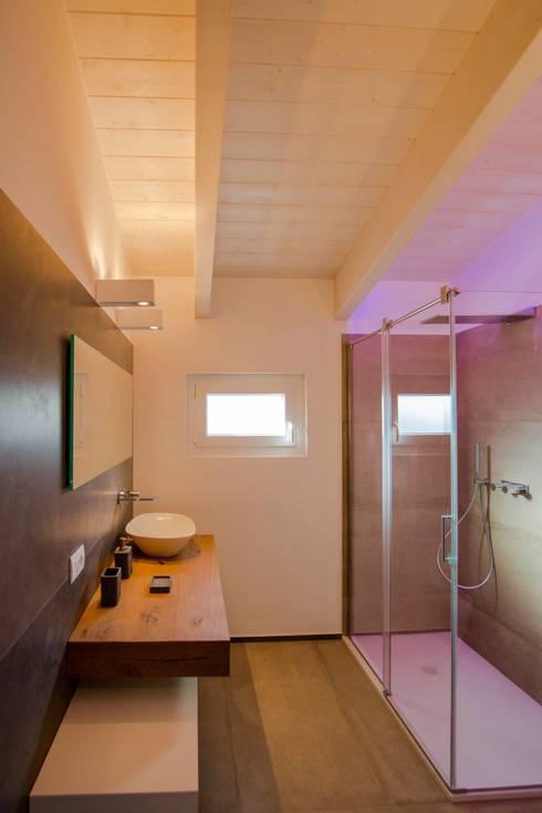 Villa Ilaria, casa in legno: Bagno in stile in stile Moderno di Progettolegno srl