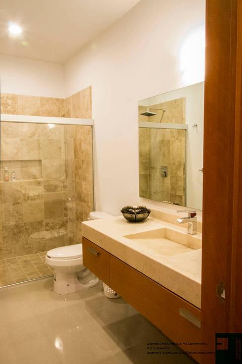 baño: Baños de estilo  por Excelencia en Diseño
