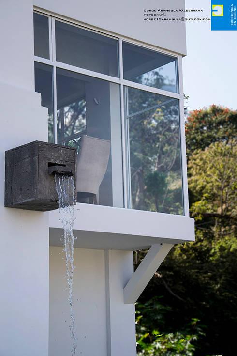 la cascada: Terrazas de estilo  por Excelencia en Diseño