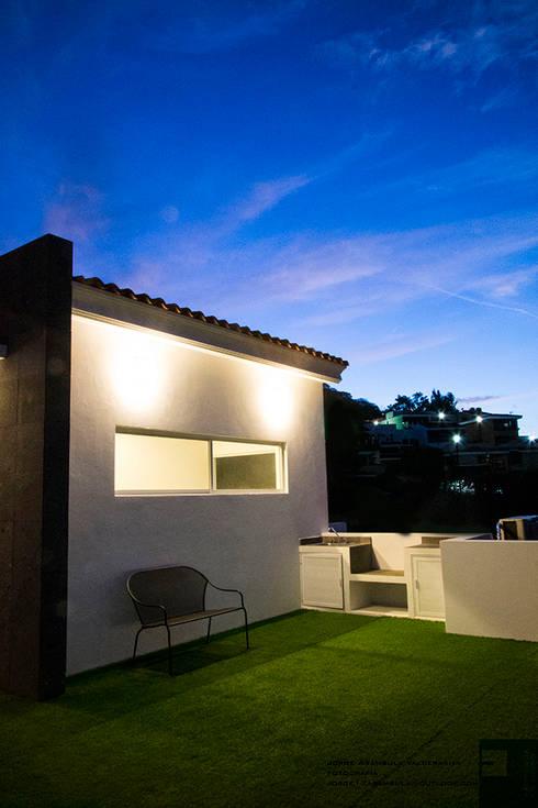 ROOF GARDEN: Terrazas de estilo  por Excelencia en Diseño