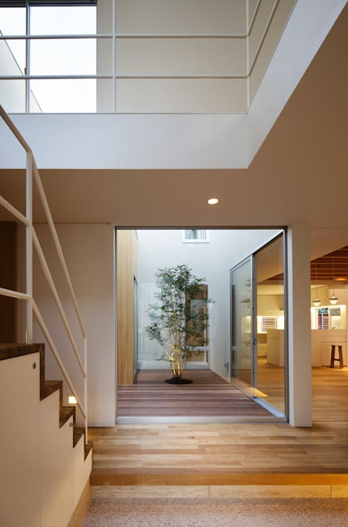 Corridor, hallway by アトリエ スピノザ