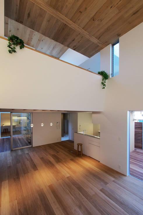 Salas de estilo minimalista por アトリエ スピノザ