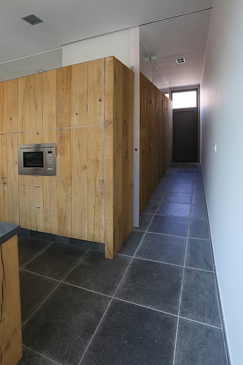 Une annexe parmi les autres...: Couloir et hall d'entrée de style  par VORTEX atelier d'architecture