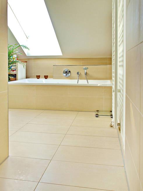 2-Familien-Doppelhaushälfte in Plankstadt:  Badezimmer von Miccoli ARCHITEKTUR+IMMOBILIEN Atelier