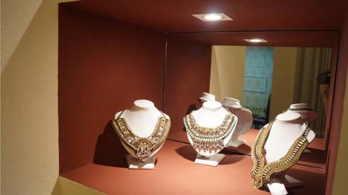 ALDORA Moda Branco - Detalhe do Nicho de Apresentação de Produtos: Escritório e loja  por Clara Vicente Arquitetura