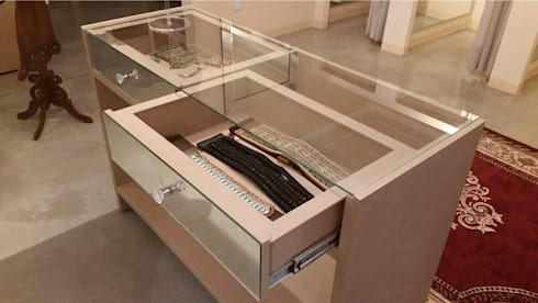 ALDORA Moda Branco - Móvel mostruário de acessórios: Escritório e loja  por Clara Vicente Arquitetura