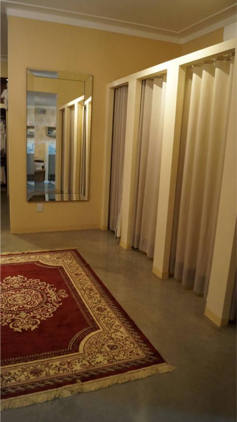 ALDORA Moda Branco - Detalhe Provador: Escritório e loja  por Clara Vicente Arquitetura