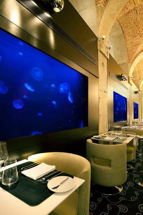 ADn jellyfish aquariums at Largo restaurant in Lisbon: Espaços de restauração  por ADn Aquarium Design