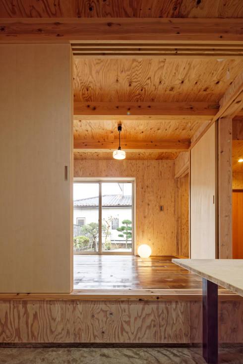 大河原の家: 井上貴詞建築設計事務所が手掛けたリビングです。