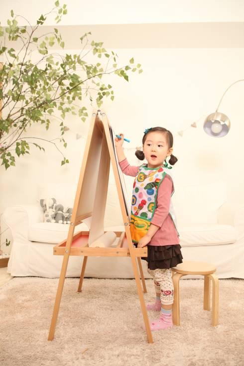 미니책상의자세트: 토끼네집의  아이 방