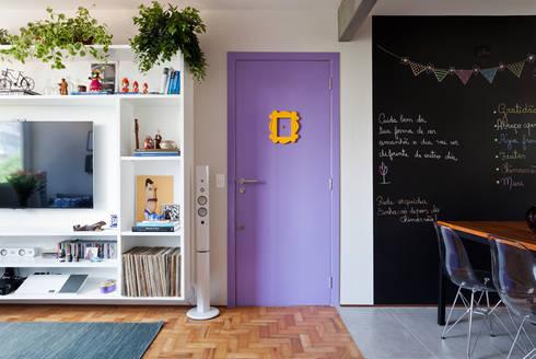 Apartamento da Cláudia e do Daniel: Salas de estar ecléticas por INÁ Arquitetura