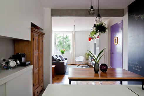 Cozinha e Sala: Cozinhas ecléticas por INÁ Arquitetura