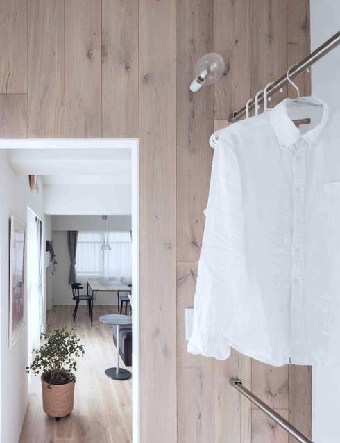 Paredes de estilo  por 一色玲児 建築設計事務所 / ISSHIKI REIJI ARCHITECTS