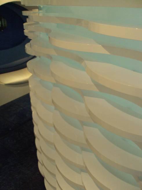 DETALLE - enchape muro : Spa de estilo moderno por Mako laboratorio