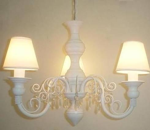 Lustre branco de teto com cúpulas clássico de 3 lâmpadas: Quarto de crianças  por Chic em cores com  decoração LTDA