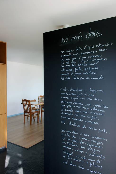 Pasillos y recibidores de estilo  por crónicas do habitar